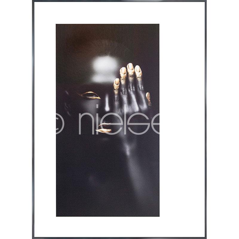 """Imagen con marco """"Black Woman with golden Nails"""" con marco de alumino Alpha"""
